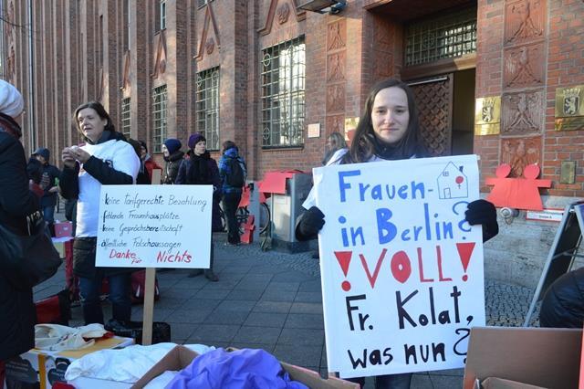 Mitarbeiterinnen der Berliner Frauenprojekte demonstrieren zum Tag gegen Gewalt gegen Frauen © FRIEDA
