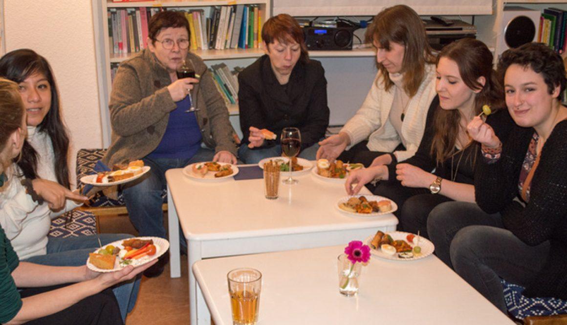 Gesellige Runde von Frauen am Tisch © FRIEDA