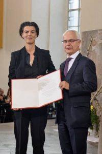 Carolin Emcke mit dem Vorsteher des Börsenvereins, Heinrich Riethmüller (r.) © Foto: Tobias Bohm