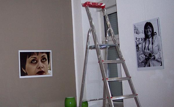 """Hängen der Bilder der Ausstellung """"Kein Recht, sie selbst zu sein"""" von Natalia Roi © FRIEDA"""