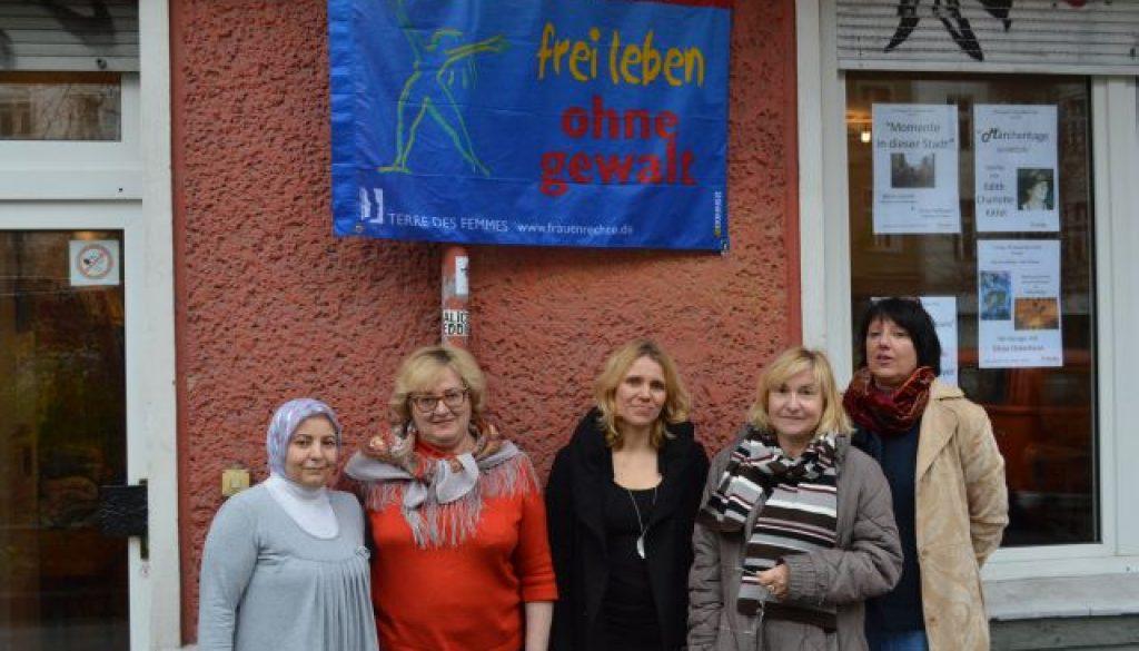 Fahnenhissung 2014: Gegen Gewalt an Frauen © FRIEDA