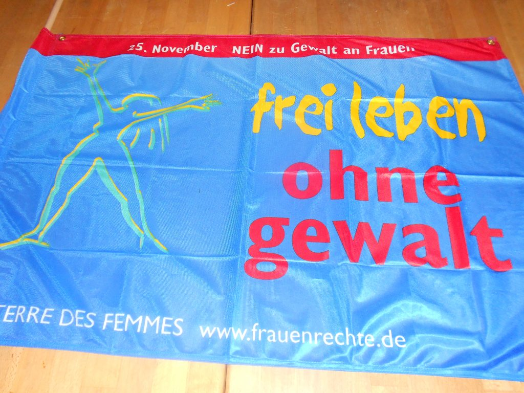 """Fahne """"frei leben ohne gewalt"""" © FRIEDA"""