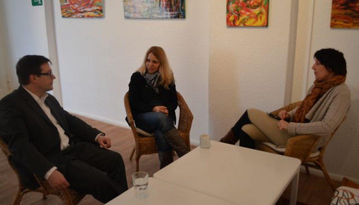 Im Gespräch über das Anti-Stalking-Projekt mit Opferschutzbeauftragtem Weber © FRIEDA