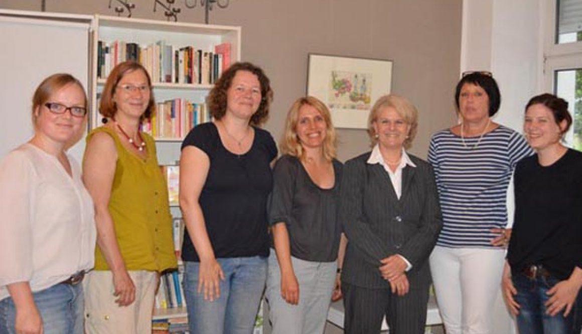 Staatssekretärin Loth und Susanne Kitschun (MdA) informieren sich über das Anti-Stalking-Projekt am 8. Juli 2014