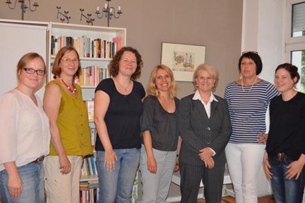 Staatssekretärin Loth und Susanne Kitschun (MdA) informieren sich über das Anti-Stalking-Projekt