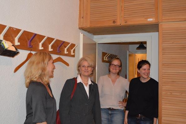 Staatssekretärin Loth und Susanne Kitschun (MdA) informieren sich über das Anti-Stalking-Projekt © FRIEDA